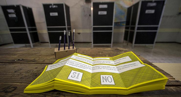 Un seggio elettorale per consentire la consultazione sul referendum abrogativo sulla durata delle trivellazioni in mare, Roma, 17 aprile 2016. ANSA/MASSIMO PERCOSSI