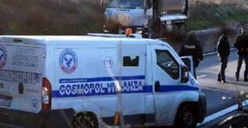 Scene da film sul raccordo AV-SA, assalto a blindato e veicoli in fiamme