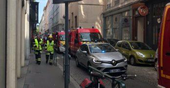 Grande spavento a Lione, esplosione in una strada della città